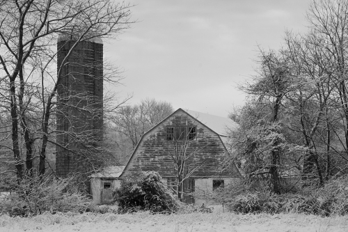 I pass this barn everyday on my way to work. It's located at the Red Lion Circle.